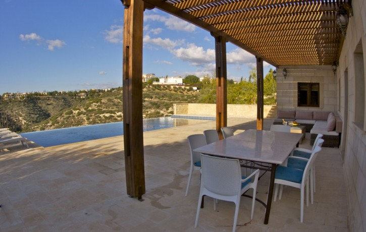 AH153V_Shading seating and dining area on pool deck